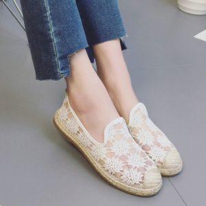 Cẩn thận khi giặt giày trắng vải ren để bảo vệ chất ren