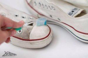 Dùng bàn chải đánh răng để chà sạch giày trắng