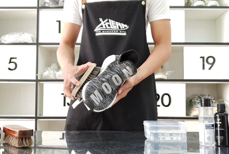 ve-sinh-sneakers-bang-tay