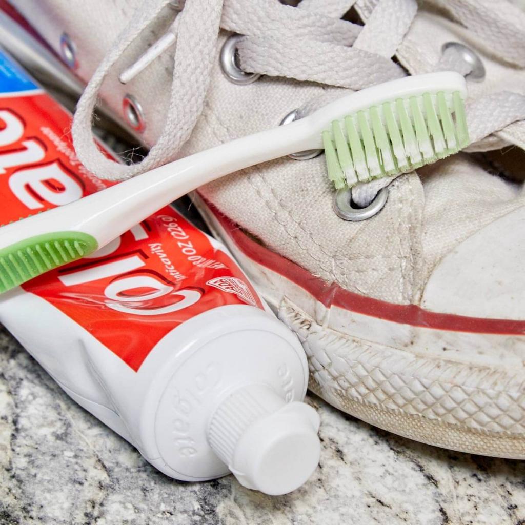 vệ sinh giày bằng kem đánh răng