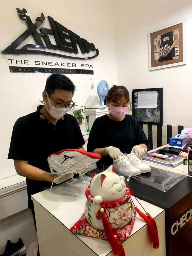 nhân viên trang bị khẩu trang, găng tay phòng ngừa corona
