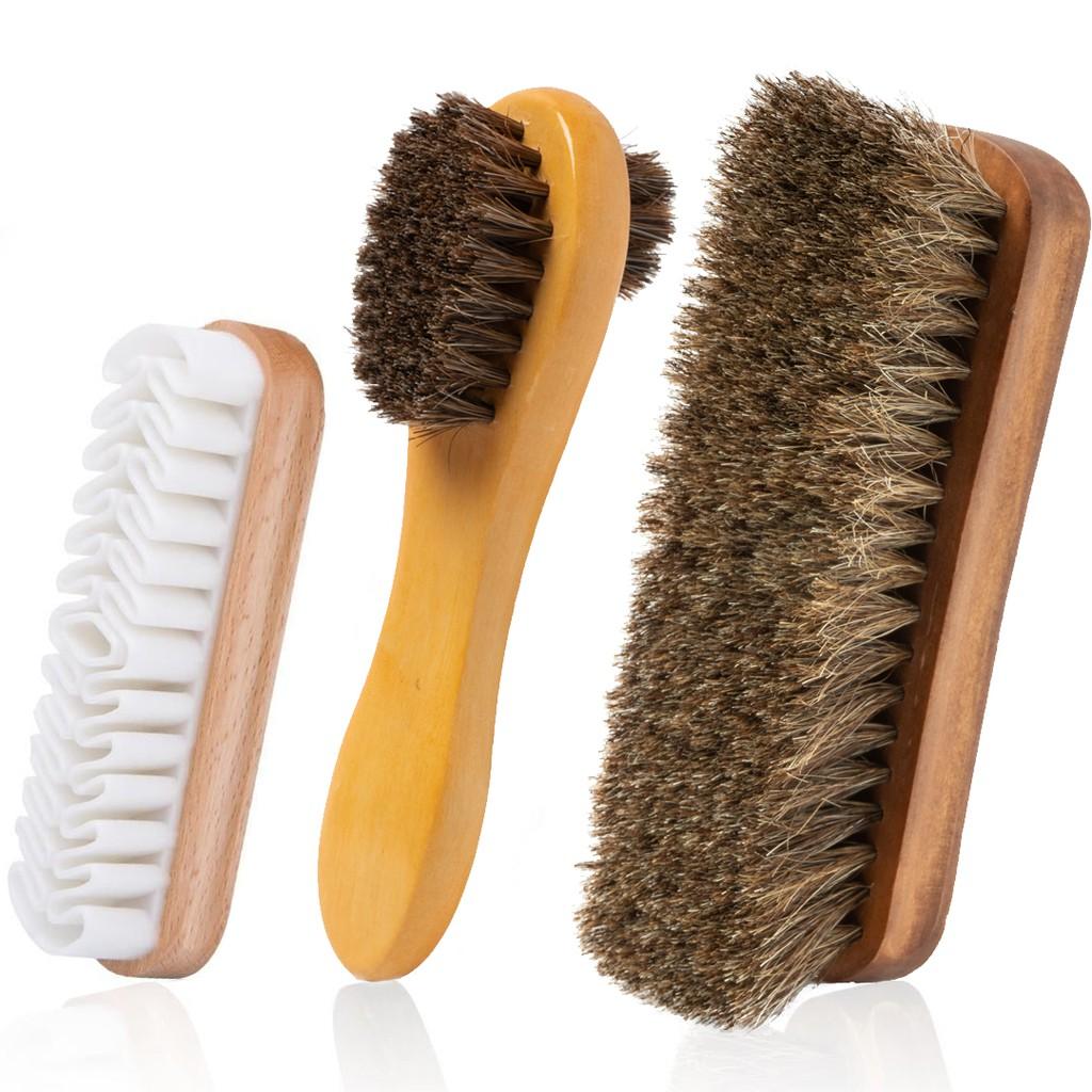 Sử dụng bản chải để vệ sinh giày sạch hơn