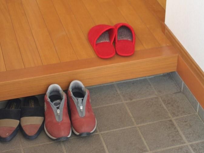 Cởi Giày Đi Ngoài Và Sử Dụng Dép Riêng Đi Trong Nhà