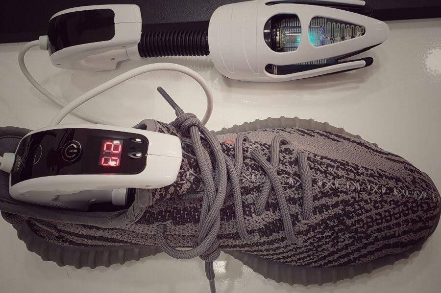 Dịch vụ vệ sinh giày chiếu tia UV tại X-Clean