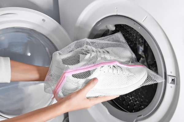 Cho giày vào túi lưới giặt - xclean